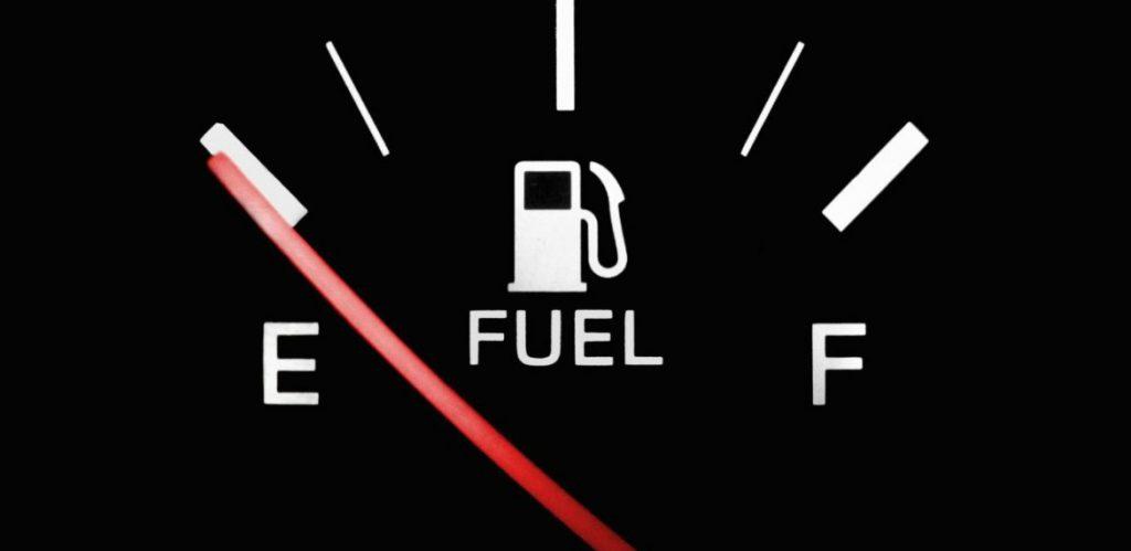 Guida per risparmiare carburante: i trucchi e i consigli di Elena Giaveri per consumare meno benzina